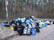 Pojemniki z odpadami medycznymi znaleziono w lesie