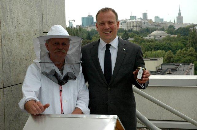 Dyerktor Generalny hotelu Hyatt Regency z pszczelarzem Markiem Barzykiem
